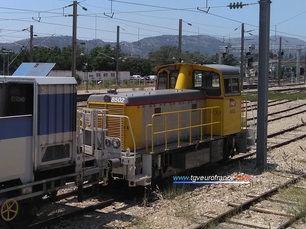 Le locotracteur Y 8502 de SNCF Réseau en tête d'un train de lavage des isolateurs