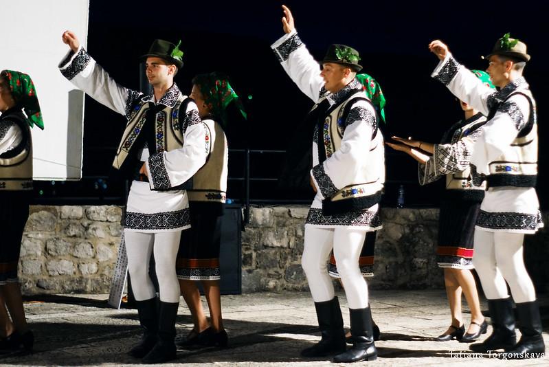 """Танец от румынского фольклорного ансамбля """"Arancul USV"""""""