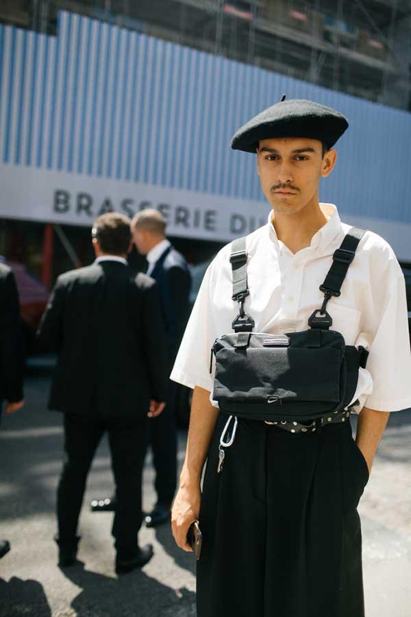 黒ベレー帽×白半袖シャツ×黒パンツ