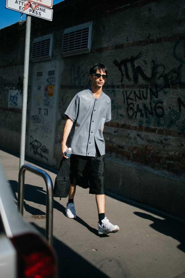 グレーノーカラー半袖シャツ×黒ハーフパンツ×Reebokインスタポンプフューリー白