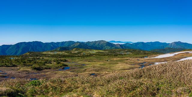 山頂に広がる湿原と上信越の山々