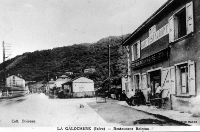 Vers 1910, Antoine Tournoud, maréchal ferrant au village,  sur un tilbury de sa confection devant le café de la Galochère.