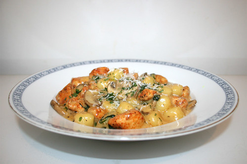 47 - One Pot Gnocchi with chicken, spinach & mushrooms - Side view / One Pot Gnocchi mit Hähnchen, Spinat & Pilzen - Seitenansicht