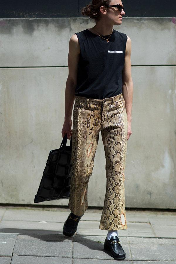 黒ノースリーブTシャツ×ヘビ柄パンツ×黒ビットローファー