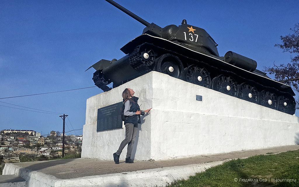 памятник танкистам на холме с отличным видом на Севастополь