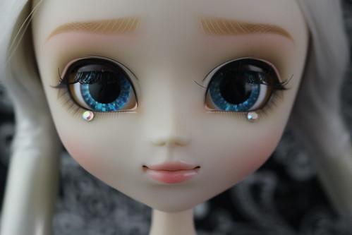Etoile partially closed eyes