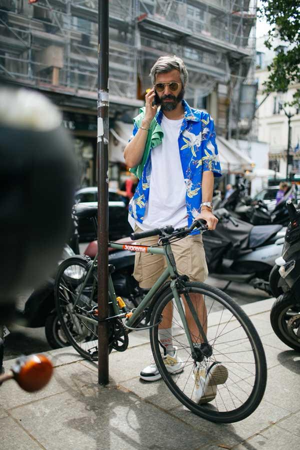 青アロハシャツ×白無地Tシャツ×ベージュショートパンツ×スニーカー