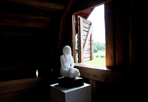 En nästan genomskinlig skulptur i alabaster gör sig fint i kvarnens fönster. Skapare Magnus Ringborg.