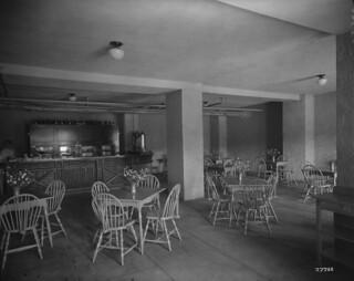 Minaki Lodge lunch room, Minaki, Ontario / Salle à manger du Minaki Lodge à Minaki (Ontario)