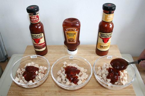 10 - BBQ-Sauce zu Hähnchenbrust geben / Add BBQ sauce to chicken