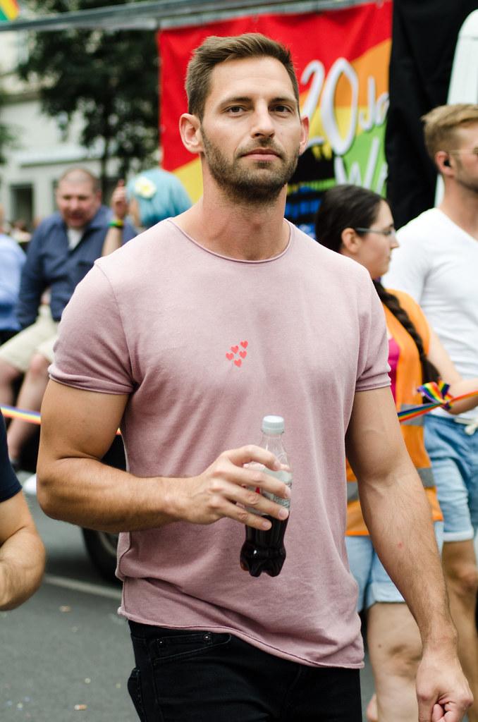 hombre bebiendo coca-cola