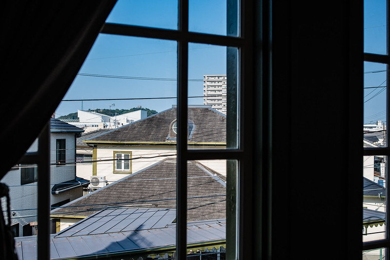 窓から遠くに見える松山城