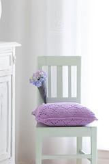 häkelkissen,lila häkelkissen,vintage stuhl,lila hortensien,hortensia,granny square,gehäkelt,häkeln,
