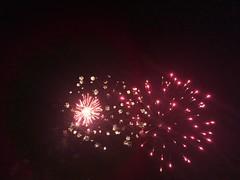 Feux d'artifice pour la fête nationale à Moissy, éclatant en rouge et en blanc