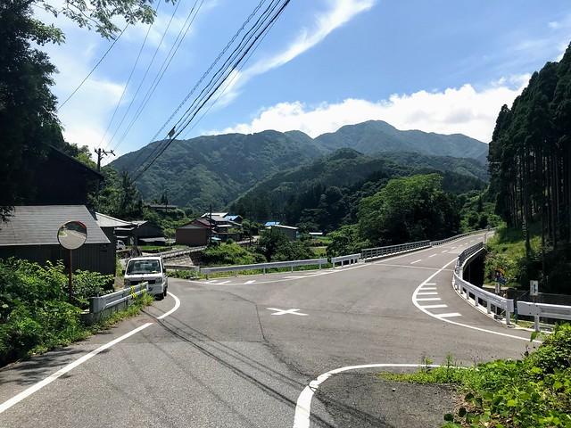 鎗ヶ先 寺本登山口への道 交差点 左折
