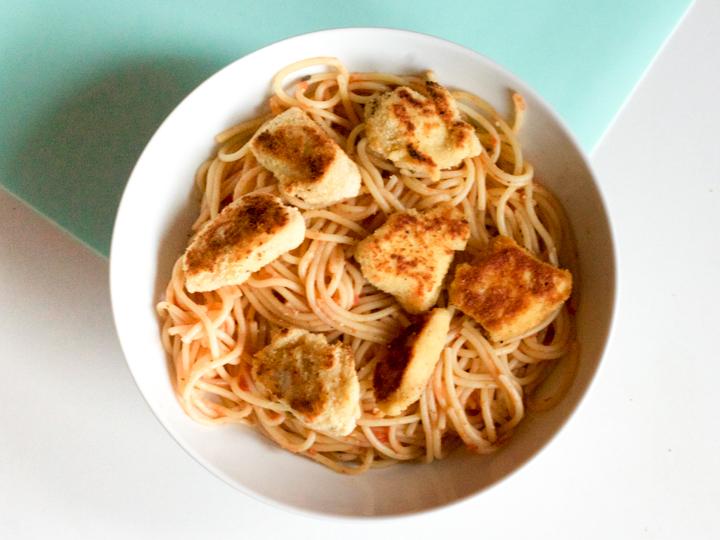Krokante kip met pasta en tomatensaus