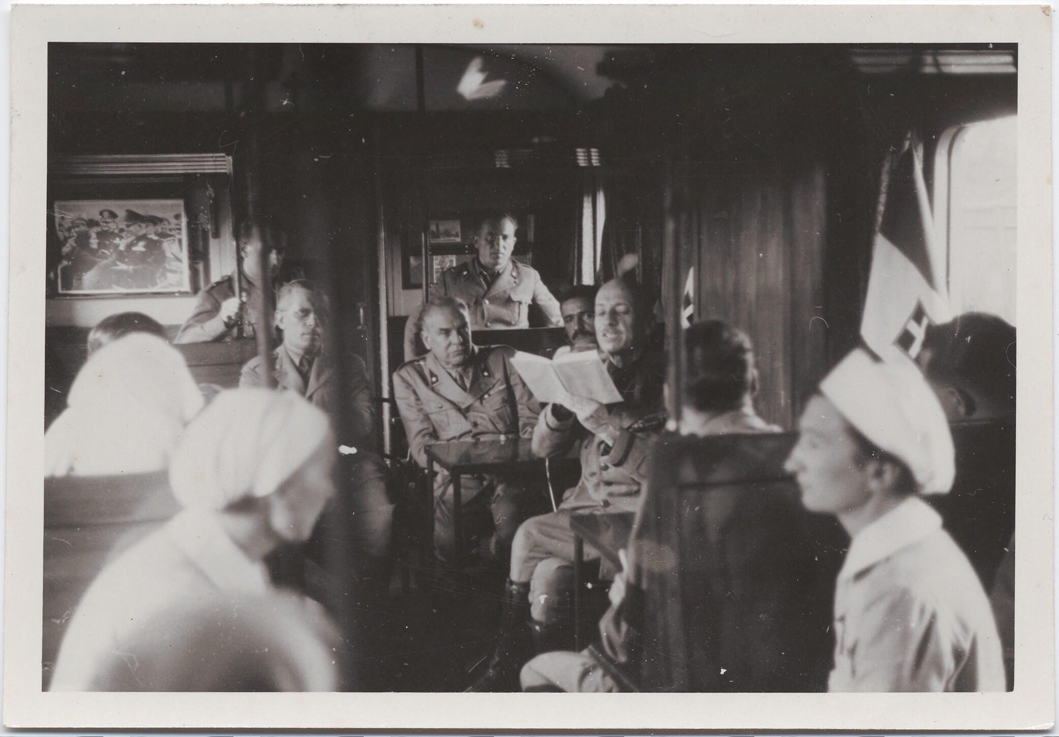 1942. Филиппо Томмазо Маринетти читает в поезде вслух солдататам и медсестрам на пути в Россию. Август