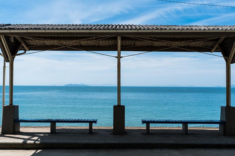 下灘駅の屋根とベンチ