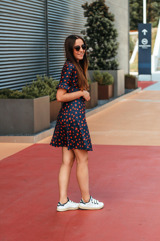 look_vestido_corações_adidas
