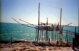 """Vieste (FG), 1994, Il paese, i """"trabucchi"""", le torri costiere e le cave di pietra da costruzione e ornamentale. i """"trabucchi""""."""