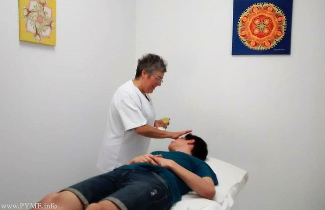 Mariló Recio, socia de Yantra Wellness, aplica un tratamiento a un cliente.