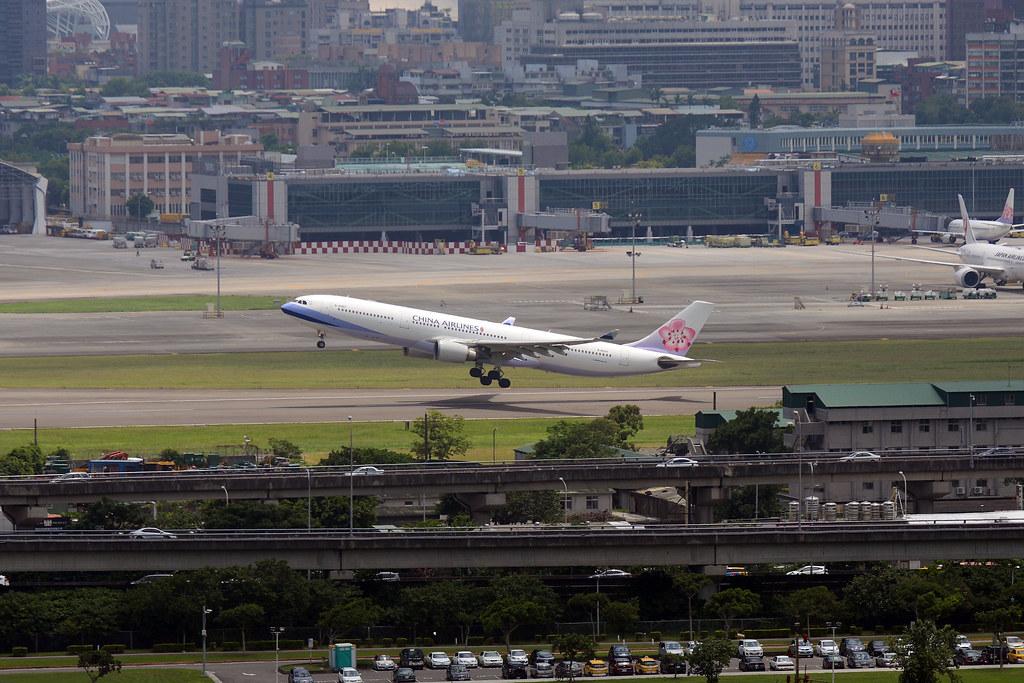 萬豪酒店INGE'S戶外區拍松山機場飛機