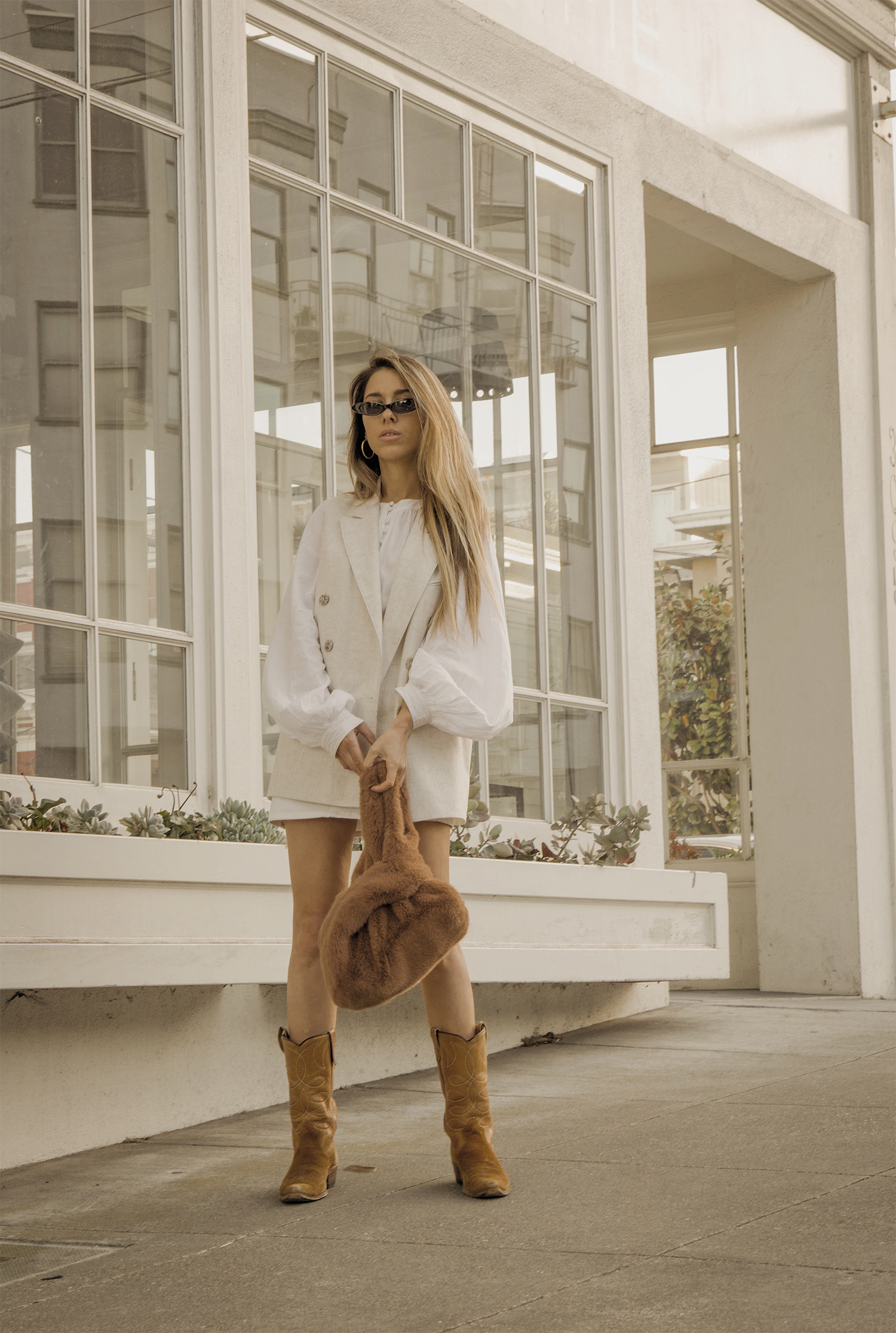 total_all_white_outfit_look_street_style_western_boots_isabel_marant_inspired_fur_bag_vest_denim_skirt_summer_2018_trend_lena_juice_the_white_ocean_04