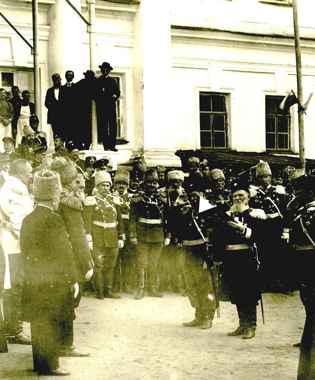 Отставной генерал-лейтенант Г.Е. Катанаев оглашает поздравительный адрес от Сибирского казачьего войска на праздничных торжествах по случаю столетия кадетс