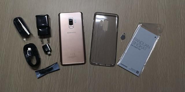 Keseluruhan isi boks Galaxy S9 Plus Sunrise Gold (Liputan6.com/ Agustin Setyo W)
