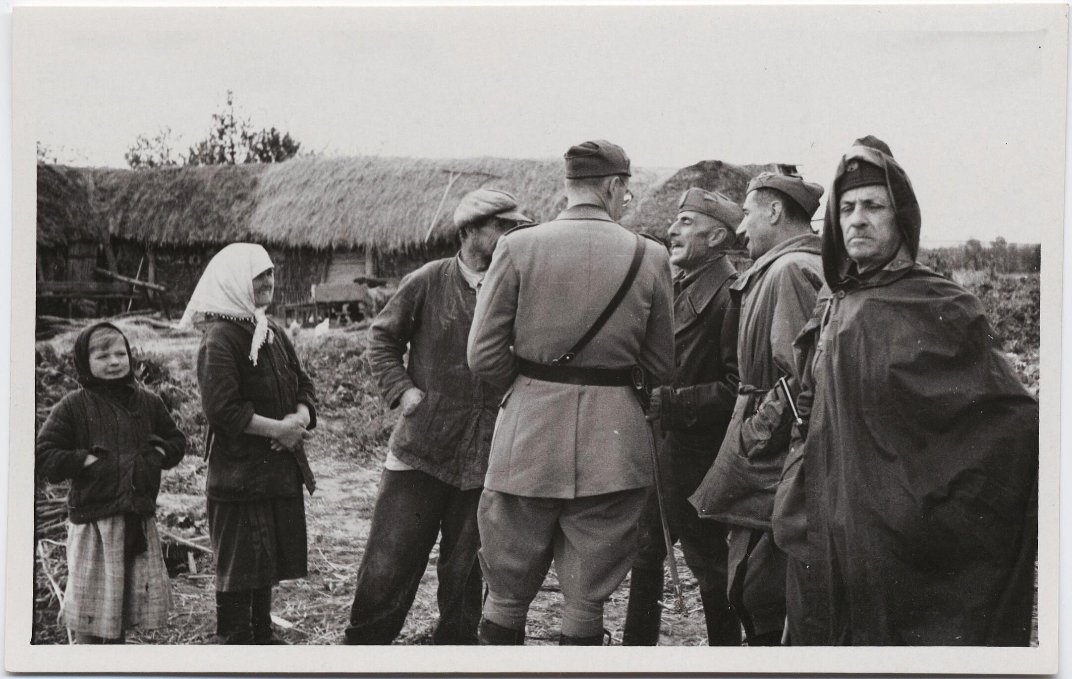 1942. Филиппо Томмазо Маринетти в плаще с офицерами и крестьянами