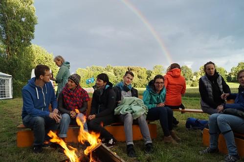 Am Lagerfeuer im Camp vor dem Atomwaffenstützpunkt Büchel. Foto: Xanthe Hall
