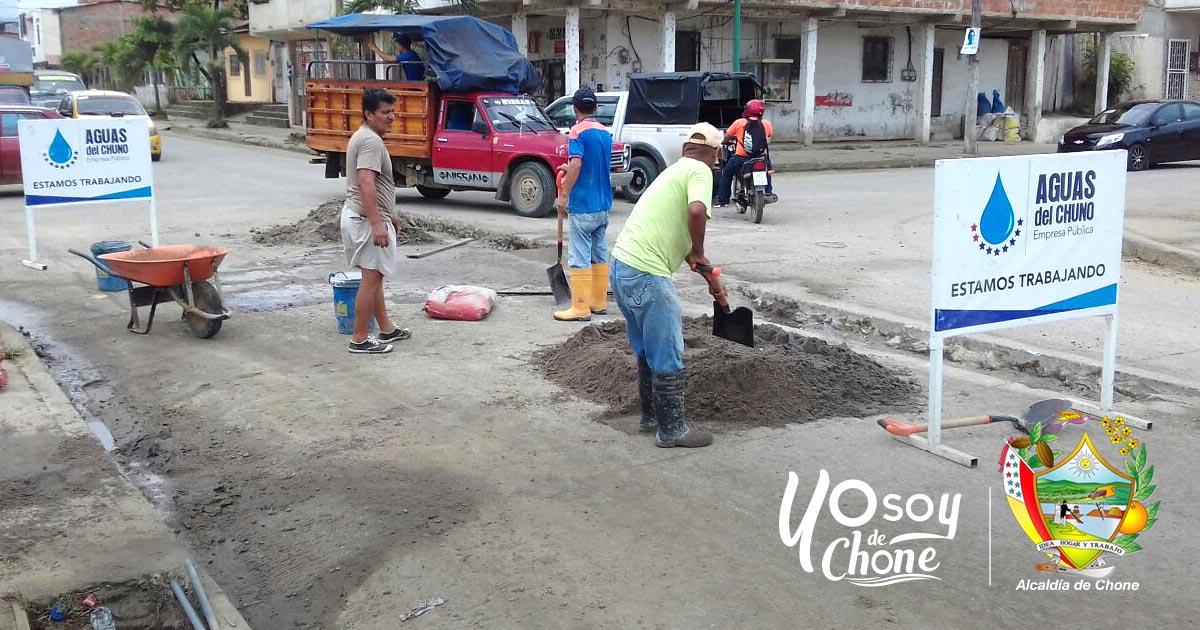 Reponen concreto en la calle Pichincha y Raymundo Aveiga