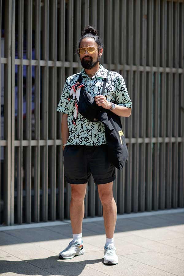 ライトグリーンシャツ柄半袖シャツ×黒ショートパンツ×ニューバランススニーカー
