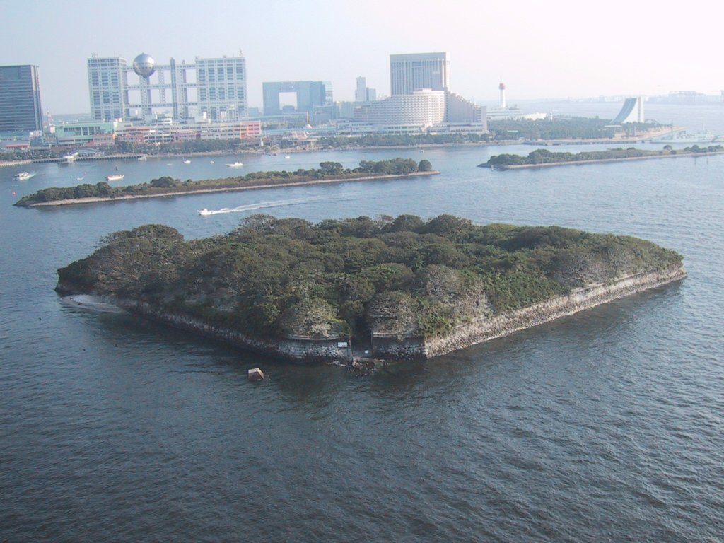 Odaiba battery at the entrance of Tokyo, built in 1853–54 to prevent an American intrusion. View of 6th Daiba (6th battery site of Edo) from the Rainbow Bridge, with the Fuji TV studio in the background. 日本語: 第六台場 Photo taken on December 19, 2004.