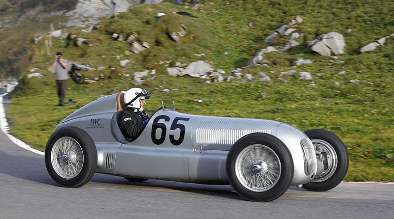Mercedes-Silver-Arrow-W-25-at-the-Klausen-Hill-Climb-3
