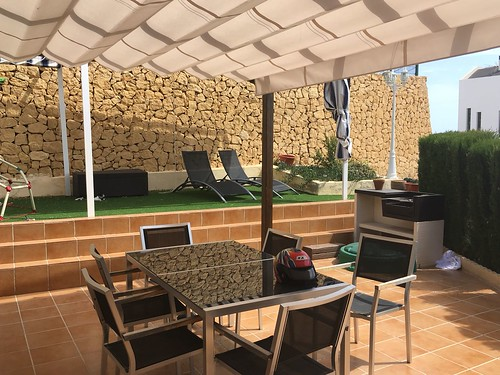 Bonito bungalow en venta con fabulosa parcela con vistas al mar y a la montaña, con barbacoa y jardines. Solicite más información a su inmobiliaria de confianza en Benidorm  www.inmobiliariabenidorm.com