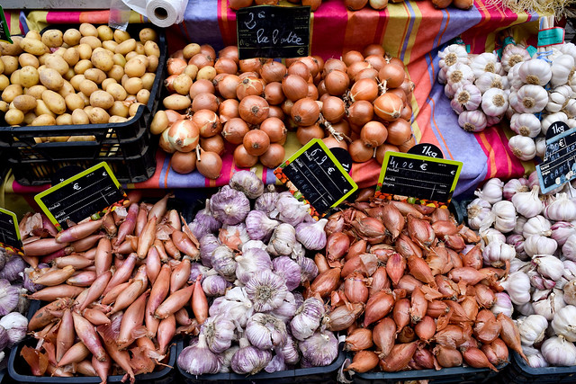 Alliums at Sarlat Market, South West France #onions #alliums #saladonions #shallots #sarlat #market #farmersmarket #france #dordogne