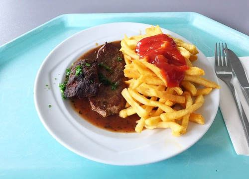 Canguru steak with gravy & french fries / Känguru-Steak mit Bratenjus & Pommes Frites