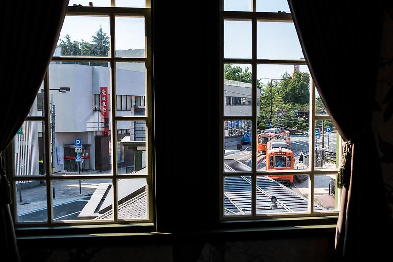 窓から見える松山市電