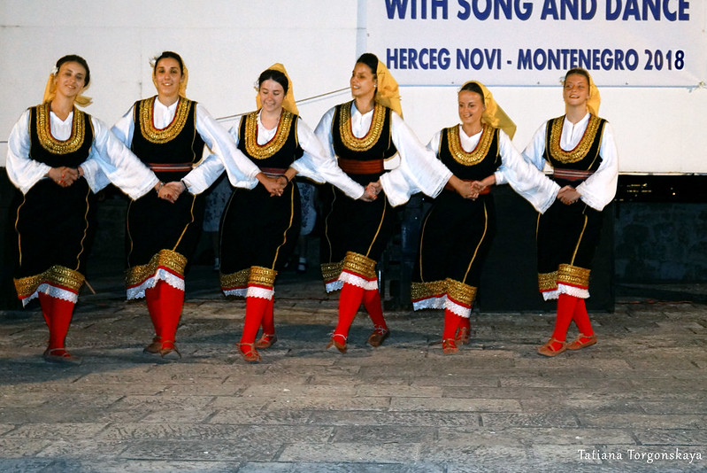 "Девушки из KUD ""Hercegovina"" во время танца"