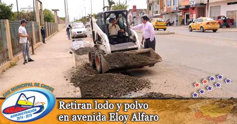 Retiran lodo y polvo en avenida Eloy Alfaro