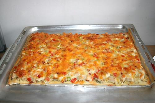 50 - Chicken Garlic Pizza with Ranch Dressing - Finished baking / Hähnchen Knoblauch Pizza mit Ranch Dressing - Fertig gebacken