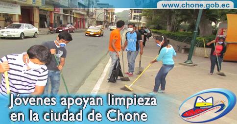 Jóvenes apoyan limpieza en la ciudad de Chone