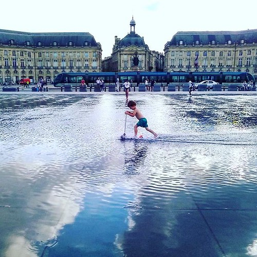 Competint amb el #tramvia sobre el #mirall de l'#aigua #tram #miroirdeau #Bordeus #França #Bordeaux #France