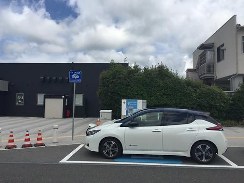 新名神 土山SA(上り)で急速充電中の日産リーフ(40kWh)
