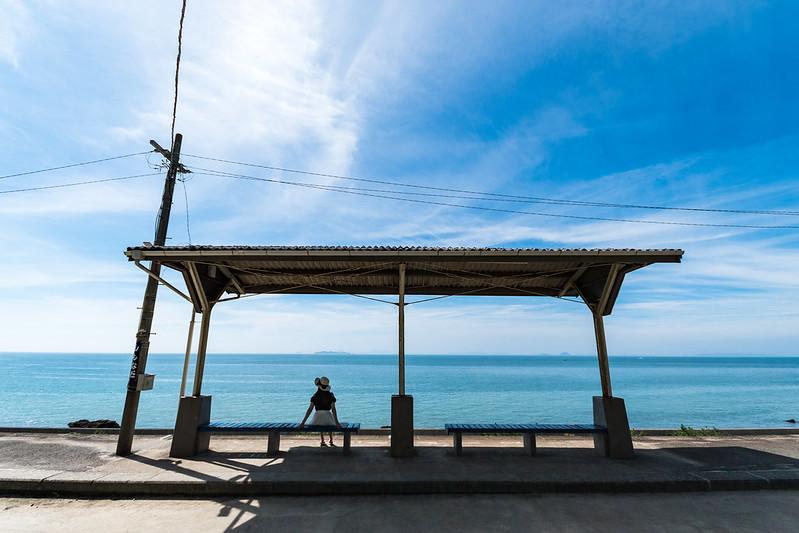 下灘駅のベンチに腰掛ける女性