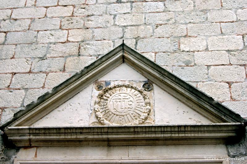 Тимпан церкви Св. Клары