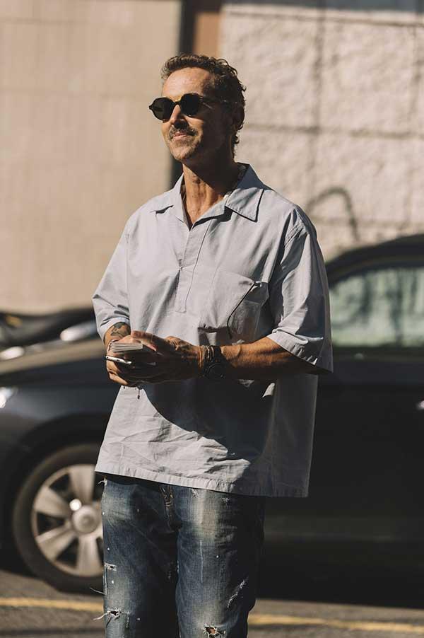 グレープルオーバー半袖開衿シャツ×デニムパンツ