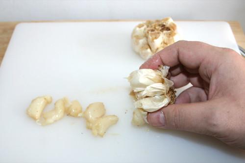 27 - Knoblauchzehen aus Hülle drücken / Press roasted garlic from shell