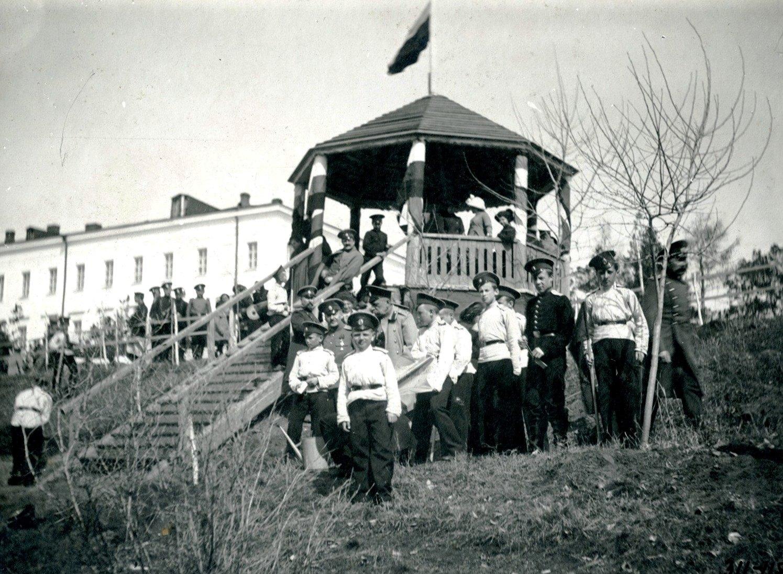 Кадеты в саду с директором и офицерами корпуса. Апрель 1913